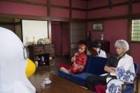 映画『銀魂』撮影現場メイキングカット 左から:神楽(橋本環奈)、志村新八(菅田将暉)、坂田銀時(小栗旬)