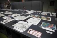 大きな作業台にはリサーチスタッフがクリエイターのリクエストに応じて探し出した原画やマケットなどが並べられている/アニメーション・リサーチ・ライブラリー