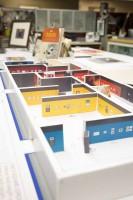 実際の展示会場の模型を用いて展示物の配置やグラフィックデザインをシミュレートする/アニメーション・リサーチ・ライブラリー