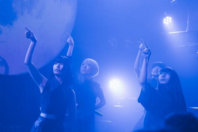 ライブパフォーマンス (左から)矢川葵、コショージメグミ、井上唯、和田輪 写真:稲垣鎌一