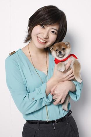 犬を抱っこしている南沢奈央