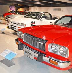 ファンにはたまらない歴代の名車の数々が展示される