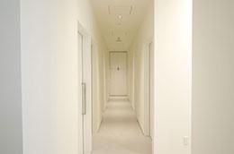 扉が防音になっているなど配慮された診察室が並ぶ