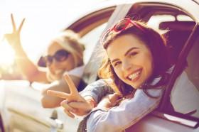夏はドライブがオススメ♪ 車内で盛り上がる定番の音楽は?
