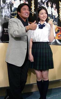 9日、映画『ケータイ刑事THE MOVIE2』の主題歌発表会見で、松崎しげると小出早織