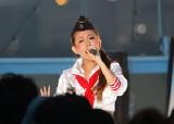 ライブで熱唱する加藤ミリヤ