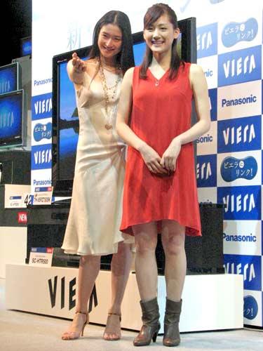 『VIERA(ビエラ)』の新CMキャラクター発表会に登場した小雪と綾瀬はるか