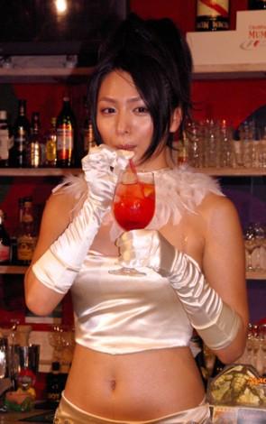 人気カードに因んだドリンクを飲む川村ゆきえ