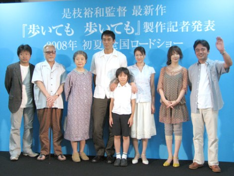 映画『歩いても 歩いても』の制作発表記者会見での出演者と是枝監督