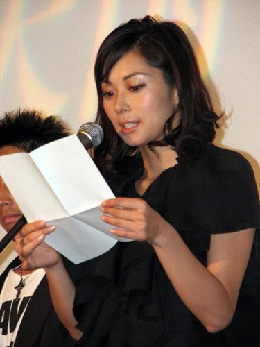 映画『Life 天国で君に逢えたら』の公開初日舞台挨拶で手紙を読む伊東美咲