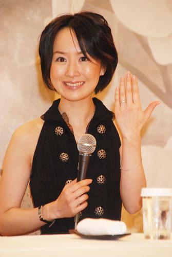 今年2月に行われた結婚報告会見での山川恵里佳