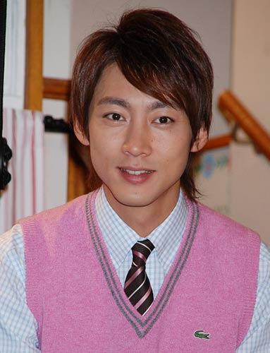 ピンクのベストの小泉孝太郎。