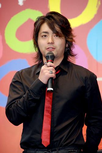 黒シャツに赤いネクタイ
