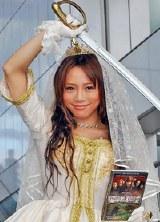 パイレーツ風のウェディングドレス姿で登場した釈由美子