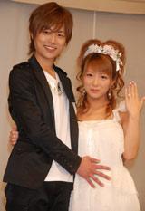 5月8日(火)、結婚報告会見で辻希美のお腹にそっと手を添える杉浦太陽
