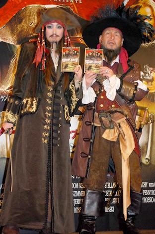 キャプテン・ジャック・スパロウとキャプテン・バルボッサのコスプレで登場