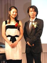 小池栄子(左)とユースケ・サンタマリア(右)