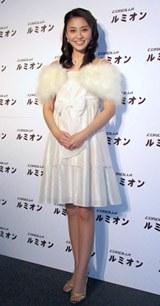 白い雪をイメージしたファー付きドレスで登場した小林麻央