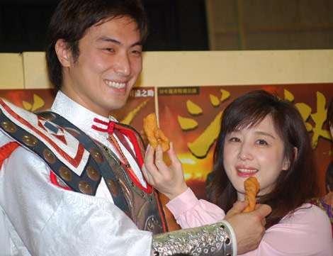 モンゴル菓子の差し入れに喜ぶ相田翔子と平岳大