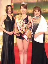 グランプリ受賞者の瀬戸千鶴さんを祝福する米倉涼子、たかの友梨
