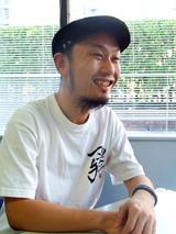 インタビューを受けるガガガSPのコザック前田(08年2月1日)
