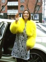 降雪のなか、報道陣のリクエストに応える米倉涼子