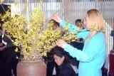 花による装飾のパフォーマンスを披露した假屋崎