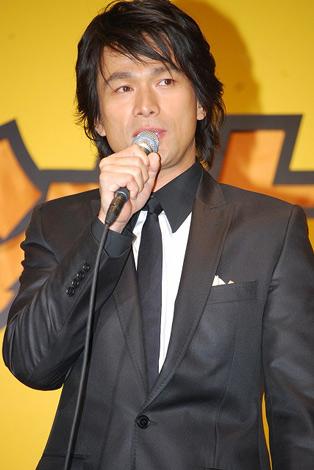 映画の記者会見に登場した江口洋介。