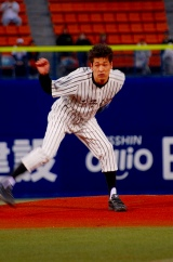 TBS系ドラマ『ROOKIES』(夜7時より放送)のPRのため、横浜スタジアムで行われた横浜−巨人戦での始球式に登板した佐藤隆太
