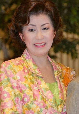 花柄の服の西川峰子