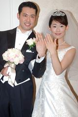 結婚指輪を手に幸せいっぱいの2人