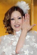 結婚指輪を公開する松嶋尚美 ※クリックで全身表示