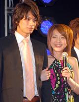 イケメンと腕を組み満面の笑みをみせる西川史子