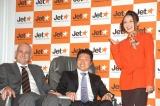 成田−オーストラリア線就航を発表したジェットスター航空のグループ・ジェネラルマネージャー・コマーシャルのブルース・ブキャナン氏と片岡日本支社長、同社CMに出演するタレントのベッキー