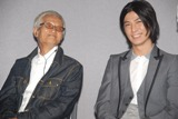 NHK総合ドラマ『帽子』の特別試写会に出席した緒方拳と笑顔で2ショット