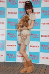子犬を抱くアッキーナ