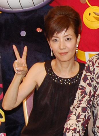 ピースをする戸田恵子