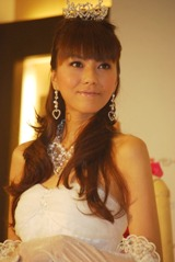 結婚式の時のドレスで登場した酒井彩名