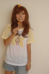 自身がデザインした「クマタンTシャツ」を着る若槻千夏