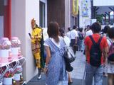 街中の壁に設置された『ハン人形』