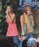 """読売テレビの夏イベント『わくわく宝島2008』で""""凱旋""""ライブを行ったRSP (左から)ボーカルのSaki、Ai"""