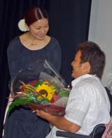 京谷和幸選手に記念の花束を渡す島谷ひとみ