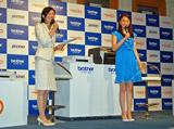 新製品を紹介する小林麻央(右)
