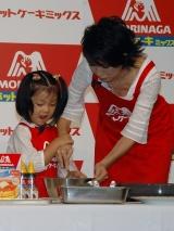母子で森永製菓の『ホットケーキミックス』を使い調理