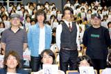 学生たちに囲まれての4ショット (左から)原作者の間瀬元朗、主題歌を歌う五郎川陸快、松田翔太、滝本智行監督