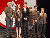 映画『容疑者Xの献身』舞台挨拶の様子(左から)品川祐、松雪泰子、福山雅治、柴咲コウ、堤真一、西谷弘監督