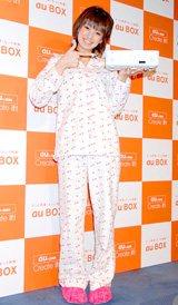 パジャマ姿で『au BOX』を披露するアッキーナ