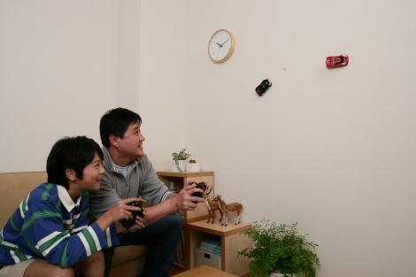 壁に張り付いて走行する『エアロスパイダー』