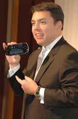 『PSP-3000』(ピアノ・ブラック)を手にするショーン・レーデン プレジデント
