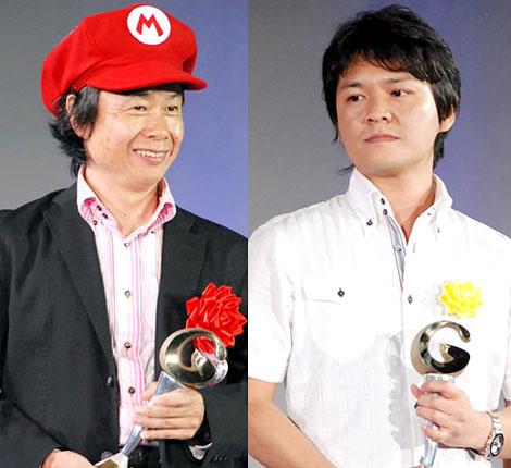 大賞を受賞した任天堂・宮本氏と『モンスターハンター』プロデューサーの辻本氏(右)